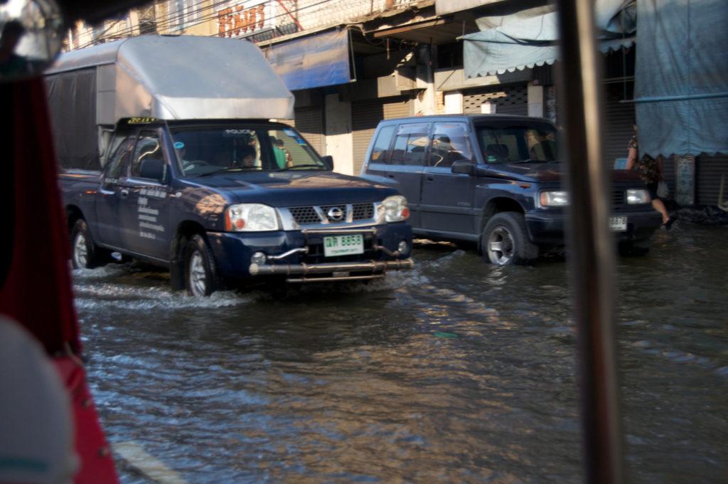 События, воздействующие на компании напрямую - стихийные бедствия и рейдерские захваты.