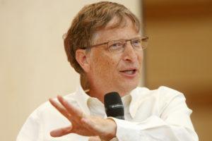 Миллиардеры Билл Гейтс и Джефф Безос сами моют посуду. Почему они это делают?