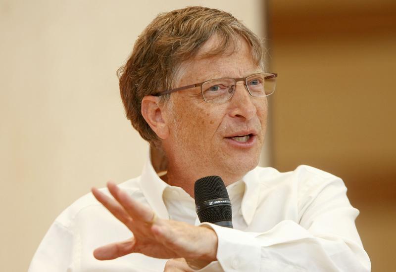 Миллиардеры Билл Гейтс и Джефф Безос сами моют посуду.