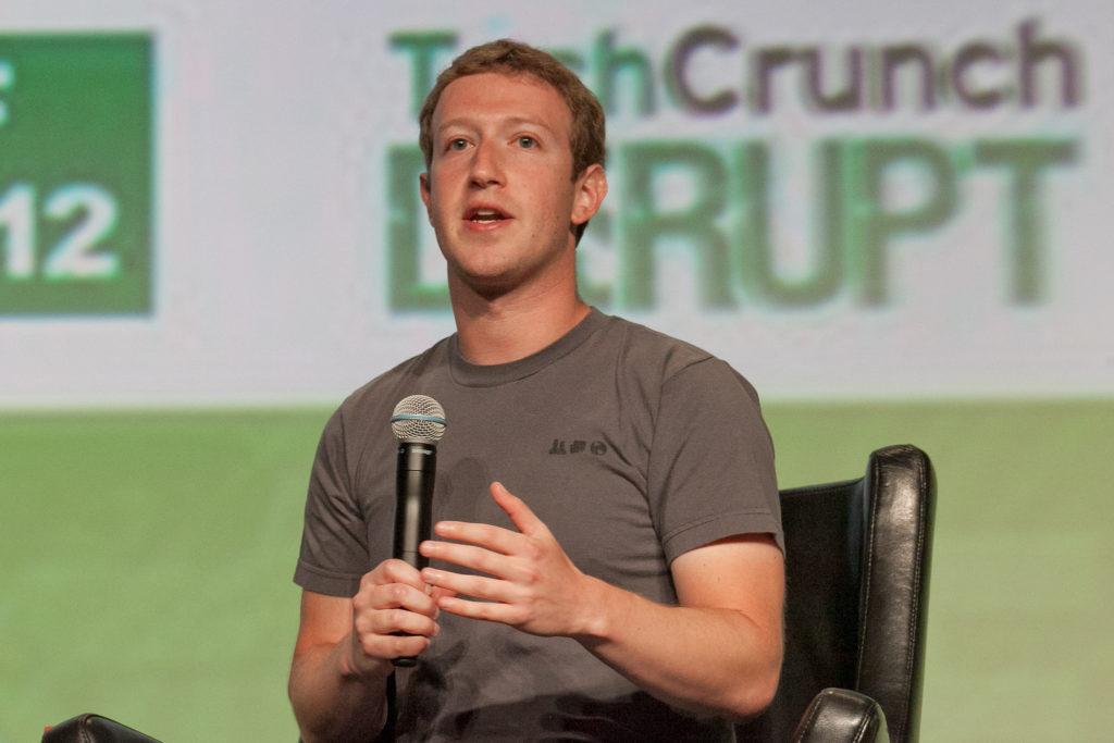 Марк Цукерберг - дальтоник. Поэтому основной цвет Facebook - синий