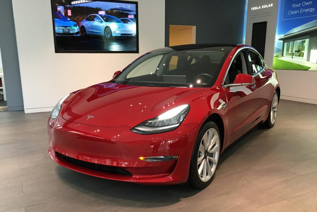Tesla Model 3, красная. Тесла, специфика корпоративной культуры.
