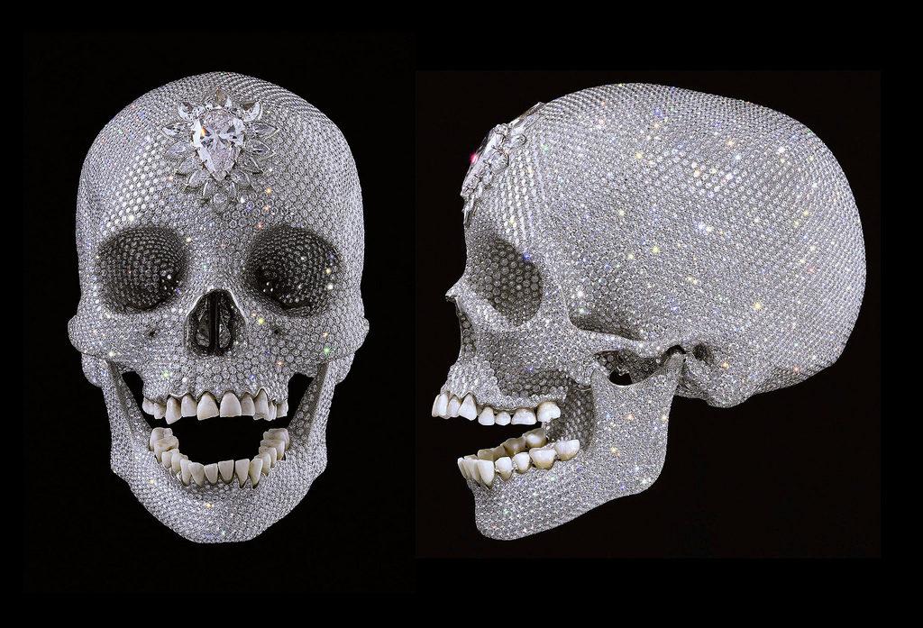 Скульптура Дэмиена Херста себестоимостью 15 млн фунтов стерлингов представляет собой человеческий череп инкрустированный более чем восьмью тысячами бриллиантов.