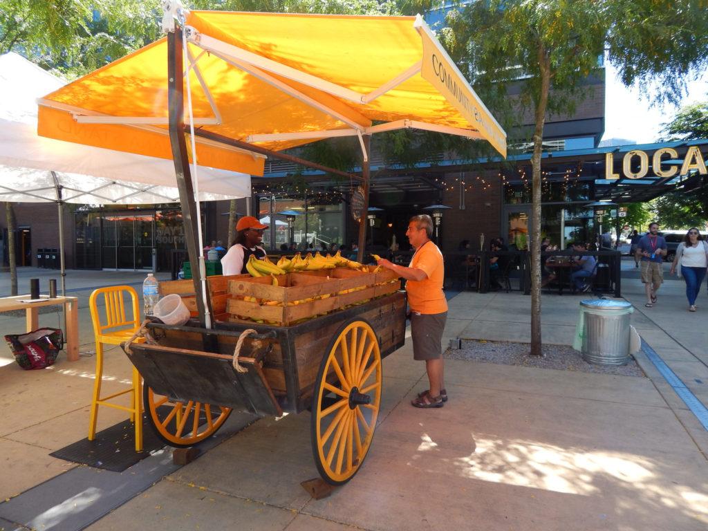 Amazon раздает бананы. Amzaon community stand.