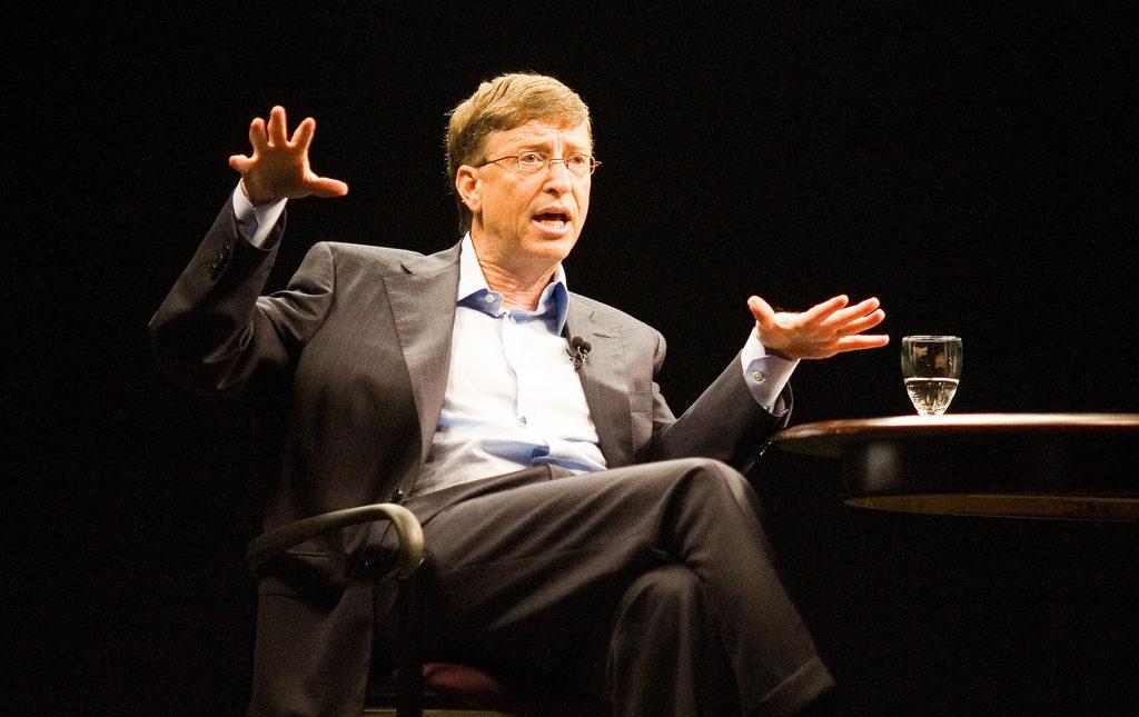 Билл Гейтс сидит на стуле, фото
