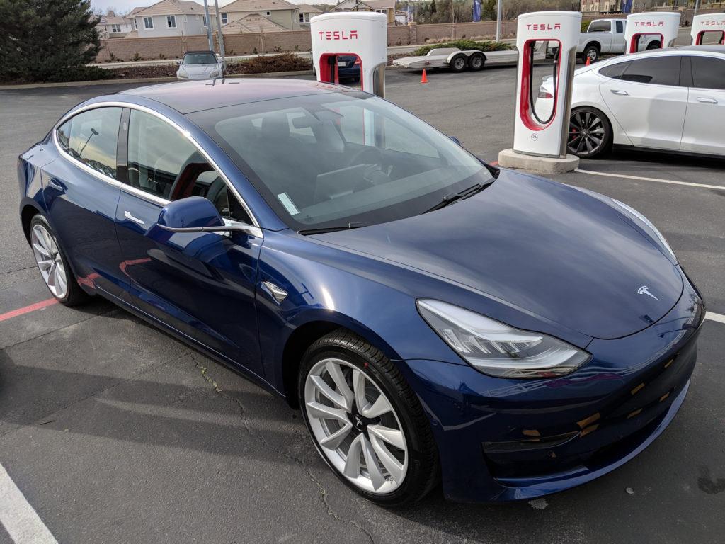 Tesla, Model 3. Модель 3 синяя. Тесла, специфика корпоративной культуры.