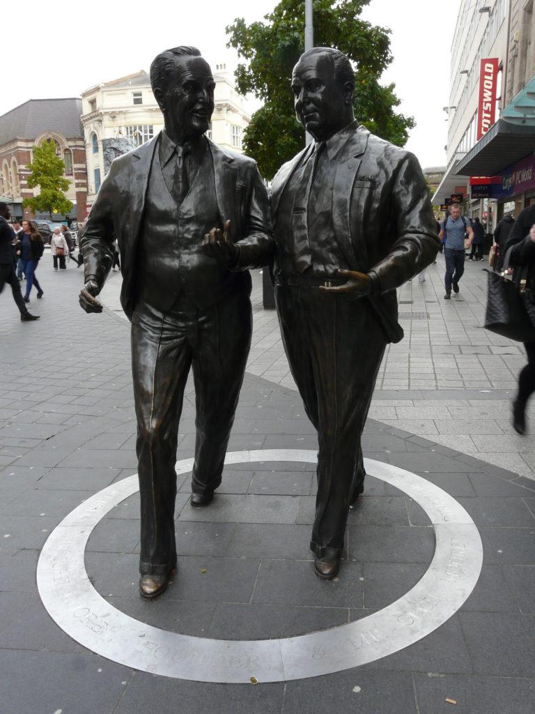 Джон и Сессил Мурс - основатели Littlewoods. Скульптура в Ливерпуле.