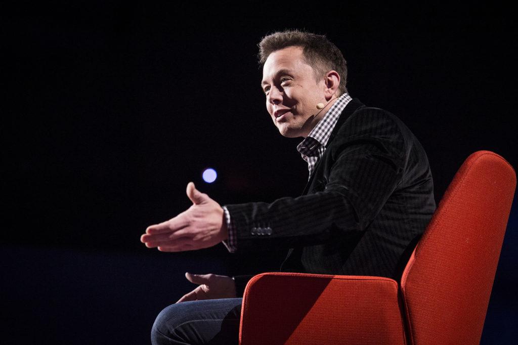 Илон Маск на конференции. Мышление первых принципов - техника мышления, которую Илон Маск использует для решения проблем.