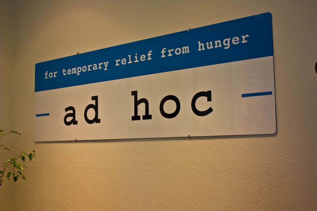 Адхократия от ad hoc.