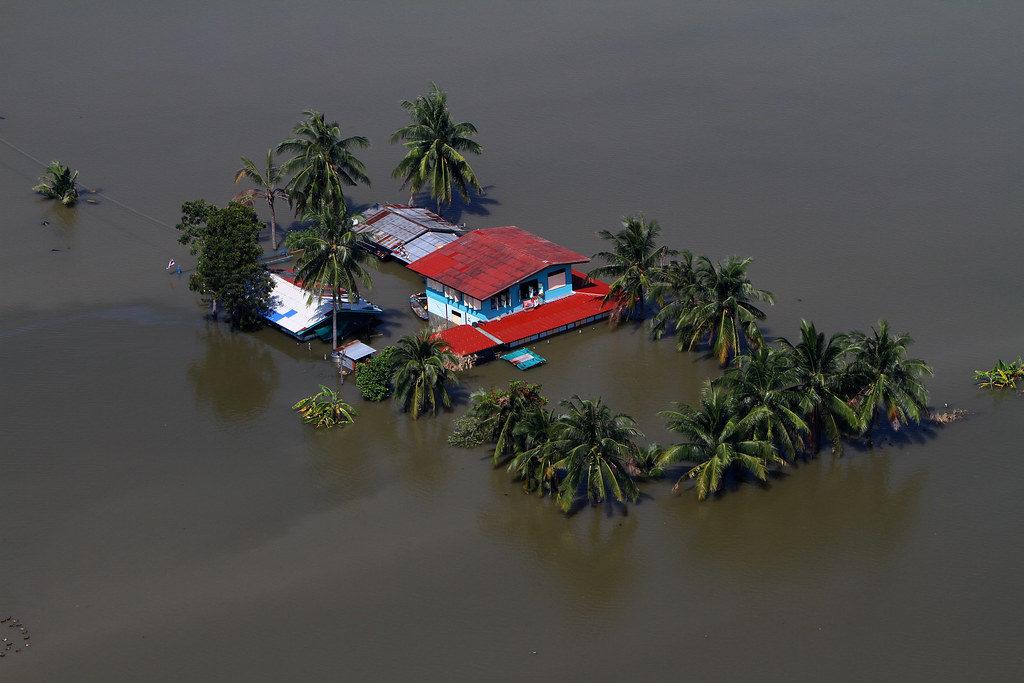 События, воздействующие на компании напрямую - стихийные бедствия.