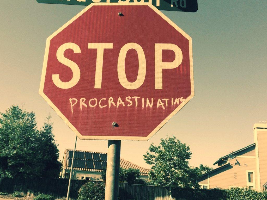 Нередко понятие «прокрастинация» путают с ленью или плохим тайм-менеджментом.