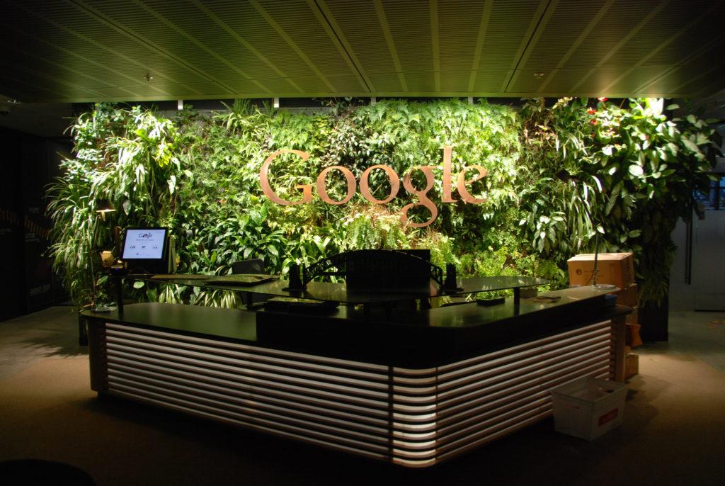 Интерьеры Google отличаются яркостью и оригинальностью.