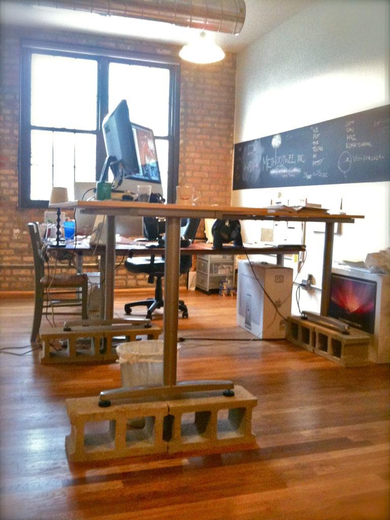 Работа в офисе стоя. Стоячее рабочее место.