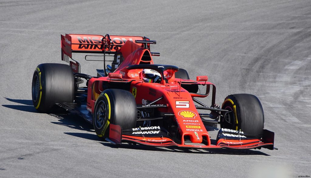 Болид Ferrari SF90,  пилотируемый Себастьяном Феттелем.  Команда Ferrari.