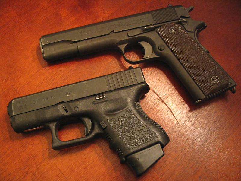 Пистолеты Colt M1911 и Glock 26.
