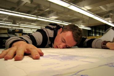 Ваша послеобеденная продуктивность хромает, и вы засыпаете на ходу? Это естественно, считает наука