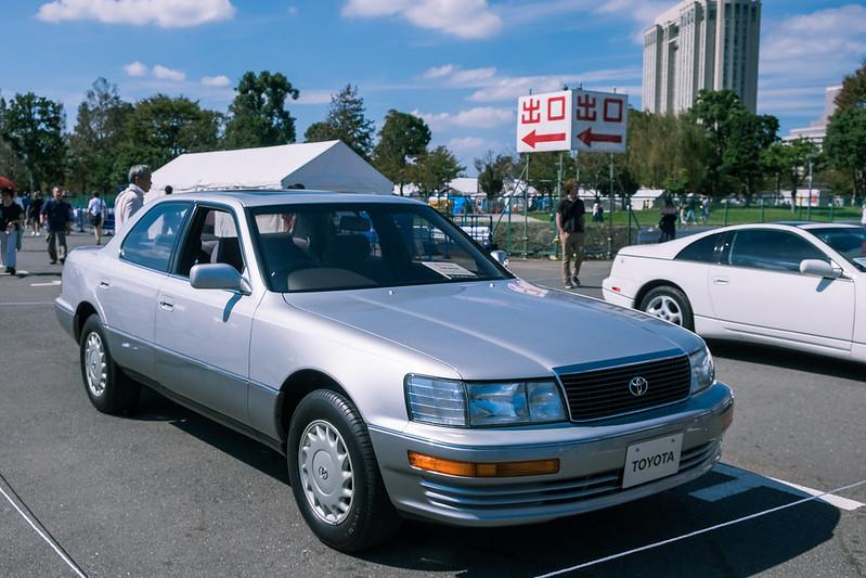 Toyota Celsior,  первый автомобиль, выпущенный в Японии под современным логотипом Toyota. В других странах модель представлялась как Lexus LS400.