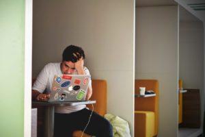 Привычка отвечать на электронные письма немедленно даже в нерабочее время — вредна, считают ученые